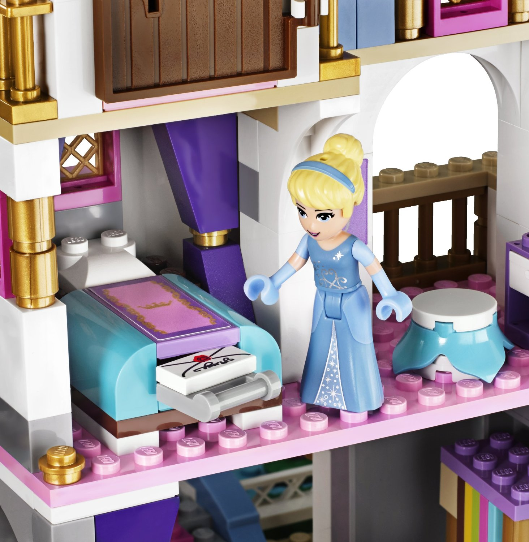 LEGO-DISNEY-PRINCESS-41055-El-Romantico-Castillo-de-Cenicienta-habitación-electricBricks