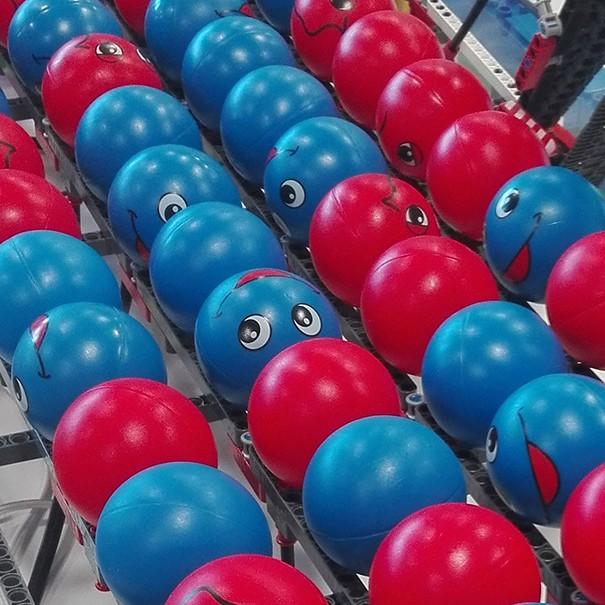 Bolas de colores se ordenan solas